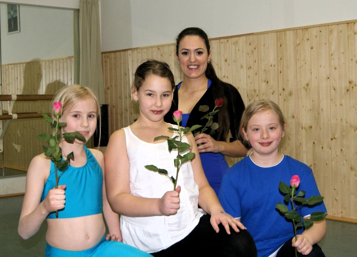 Weltfrauentag - Wüstenblumen mit Rose - Alle Tänzerinnen bekamen eine Rose.