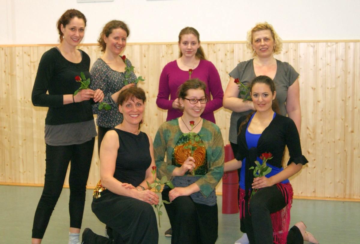 Weltfrauentag Gruppe Somea - Orientalischer Tanz - Alle Tänzerinnen bekamen eine Rose.